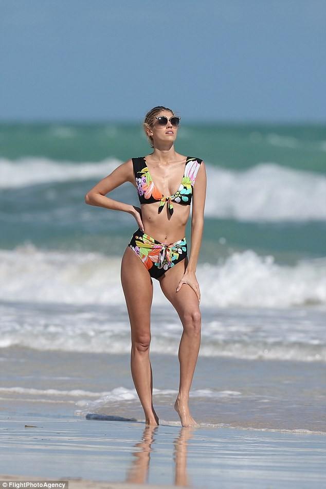 Hậu trường chụp áo tắm nóng bỏng của người đẹp Mỹ cao 1m80 ảnh 5