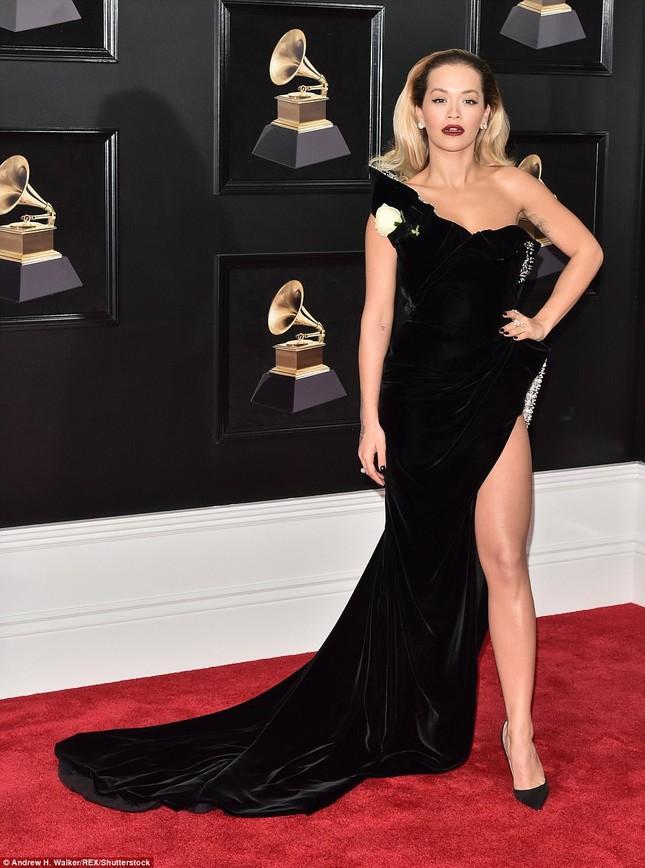 Rita Ora diện váy siêu xẻ quyến rũ hút hồn trên thảm đỏ Grammy ảnh 3