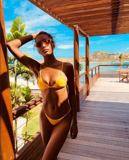 Bộ đôi thiên thần nội y thả dáng 'nóng rực' ở biển Caribe ảnh 6