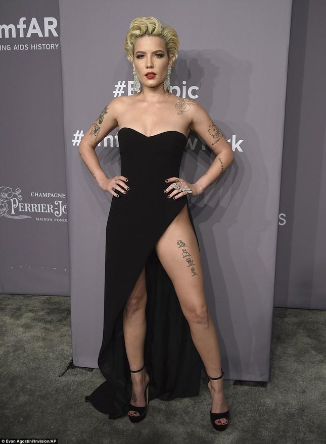Dàn mỹ nhân diện váy siêu xẻ khoe chân dài ảnh 6
