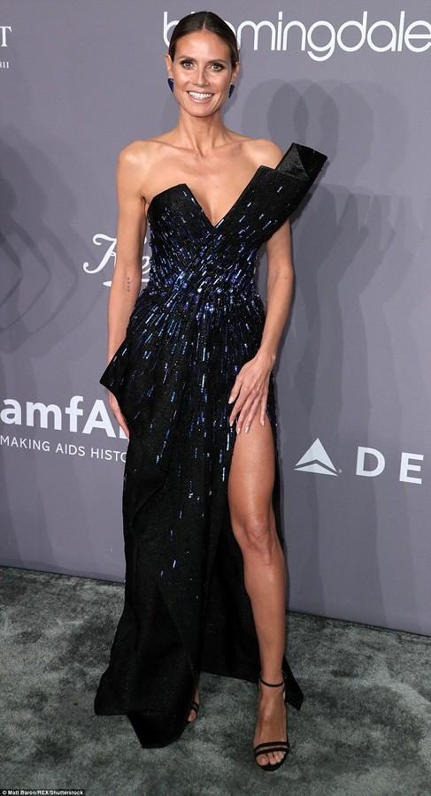 Dàn mỹ nhân diện váy siêu xẻ khoe chân dài ảnh 3