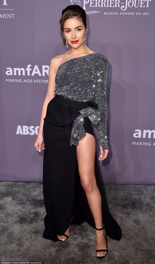 Dàn mỹ nhân diện váy siêu xẻ khoe chân dài ảnh 4
