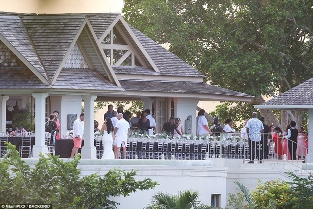 Justin Bieber ôm Selena không rời trong đám cưới cha ruột ảnh 1