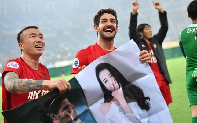 Cựu tiền đạo AC Milan mang ảnh mỹ nữ Tân Cương vào sân cỏ ảnh 1
