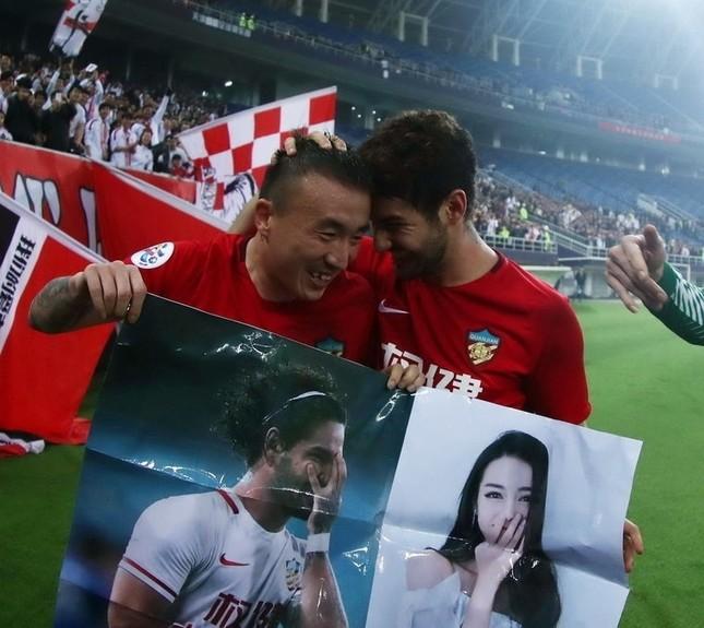Cựu tiền đạo AC Milan mang ảnh mỹ nữ Tân Cương vào sân cỏ ảnh 2