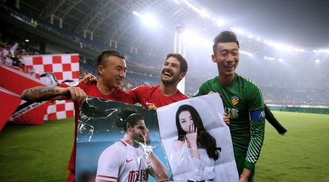 Cựu tiền đạo AC Milan mang ảnh mỹ nữ Tân Cương vào sân cỏ ảnh 3