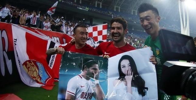 Cựu tiền đạo AC Milan mang ảnh mỹ nữ Tân Cương vào sân cỏ ảnh 4