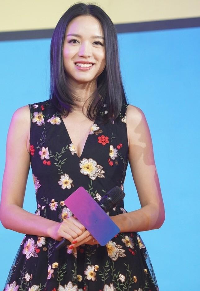 Hoa hậu Thế giới Trương Tử Lâm đón sinh nhật cùng con gái ở Disneyland ảnh 11