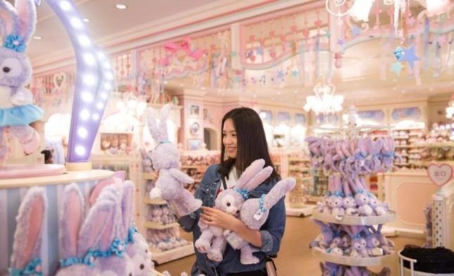 Hoa hậu Thế giới Trương Tử Lâm đón sinh nhật cùng con gái ở Disneyland ảnh 2