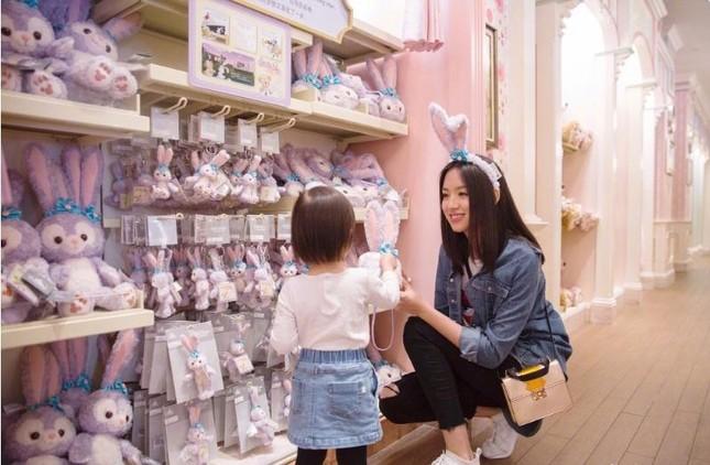Hoa hậu Thế giới Trương Tử Lâm đón sinh nhật cùng con gái ở Disneyland ảnh 1