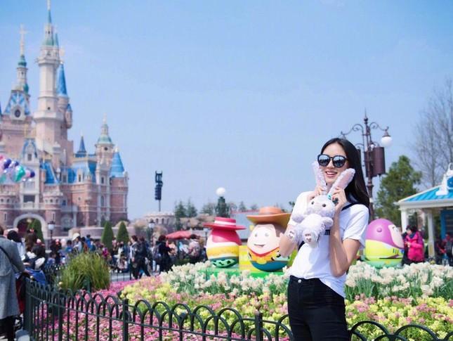 Hoa hậu Thế giới Trương Tử Lâm đón sinh nhật cùng con gái ở Disneyland ảnh 6