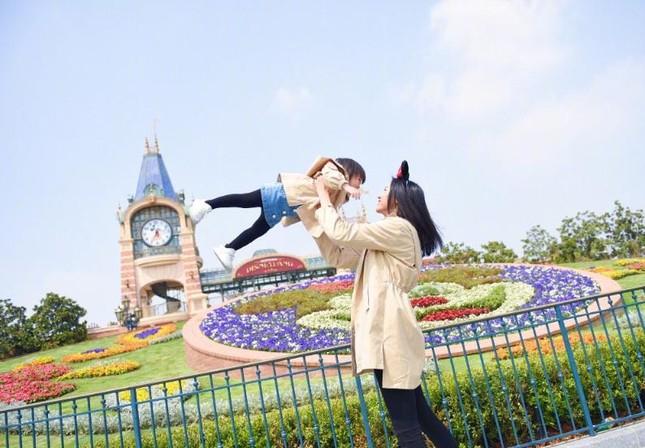 Hoa hậu Thế giới Trương Tử Lâm đón sinh nhật cùng con gái ở Disneyland ảnh 3