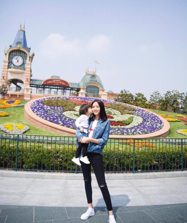 Hoa hậu Thế giới Trương Tử Lâm đón sinh nhật cùng con gái ở Disneyland ảnh 7