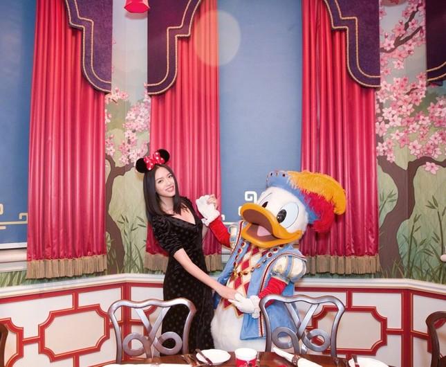 Hoa hậu Thế giới Trương Tử Lâm đón sinh nhật cùng con gái ở Disneyland ảnh 9