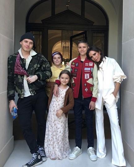 Vắng chồng, bà Becks đón sinh nhật bên 4 con đẹp như thiên thần ảnh 1
