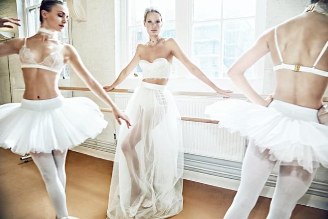 Siêu mẫu Thụy Điển cao 1m80 diện nội y tuyệt đẹp trên sàn ba lê ảnh 1