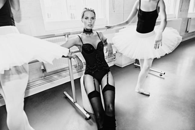 Siêu mẫu Thụy Điển cao 1m80 diện nội y tuyệt đẹp trên sàn ba lê ảnh 4