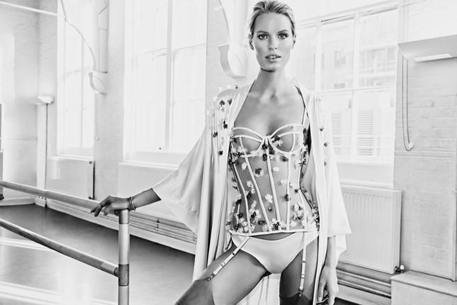 Siêu mẫu Thụy Điển cao 1m80 diện nội y tuyệt đẹp trên sàn ba lê ảnh 6