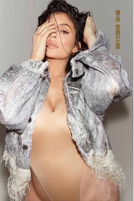 Em gái đôi mươi của Kim Kardashian khoe dáng 'đồng hồ cát' sau sinh ảnh 7
