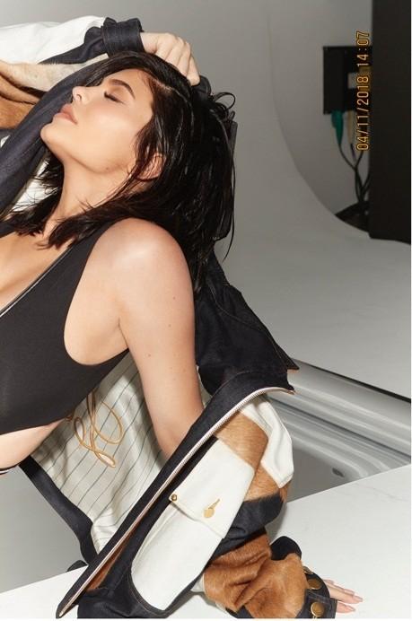 Em gái đôi mươi của Kim Kardashian khoe dáng 'đồng hồ cát' sau sinh ảnh 6