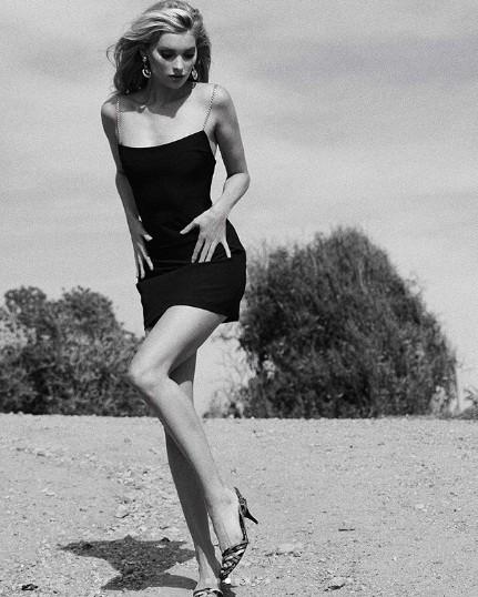 'Búp bê Thụy Điển' Elsa Hosk dáng thon chân dài ở California ảnh 6