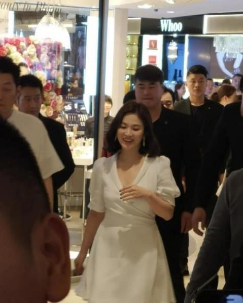 Song Hye Kyo duyên dáng nền nã ở Thượng Hải ảnh 1