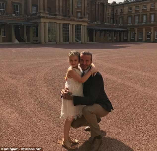 Victoria Beckham đăng ảnh hài hước con gái Harper đeo mặt nạ bố David ảnh 2