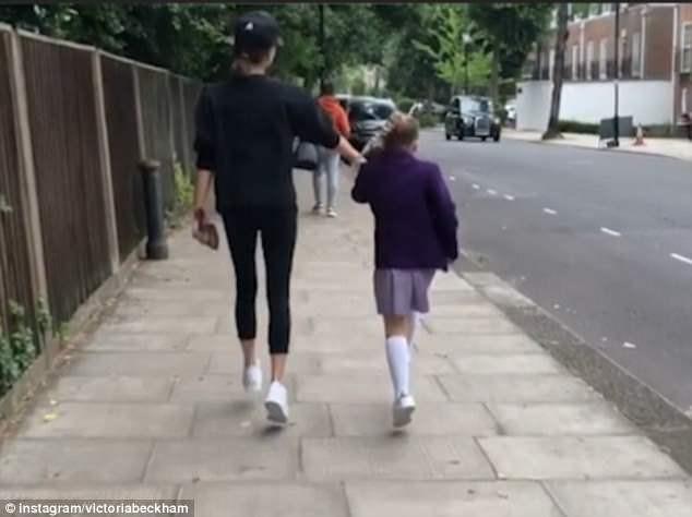 Victoria Beckham đăng ảnh hài hước con gái Harper đeo mặt nạ bố David ảnh 4