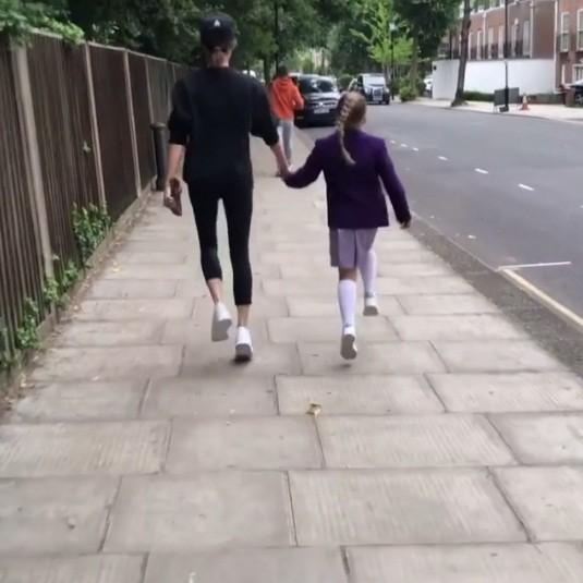 Victoria Beckham đăng ảnh hài hước con gái Harper đeo mặt nạ bố David ảnh 3