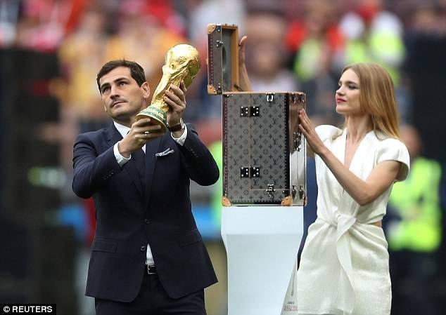 Tiết lộ về 'bóng hồng' Nga mở khóa vali đựng cúp vàng World Cup ảnh 12