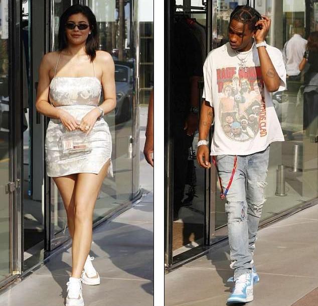 Em út Kim Kardashian gợi cảm sau sinh với váy như... tạp dề ảnh 1