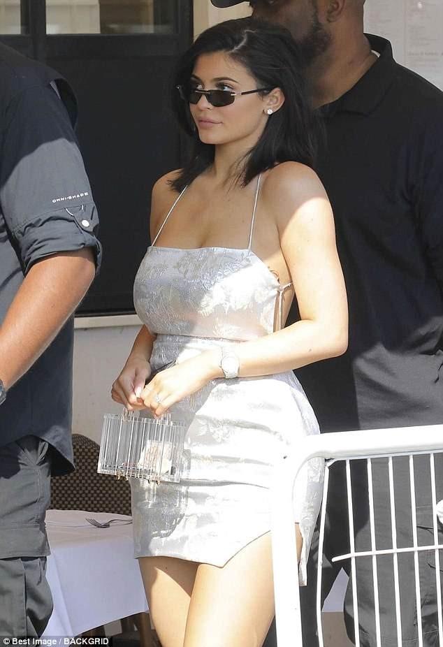 Em út Kim Kardashian gợi cảm sau sinh với váy như... tạp dề ảnh 2