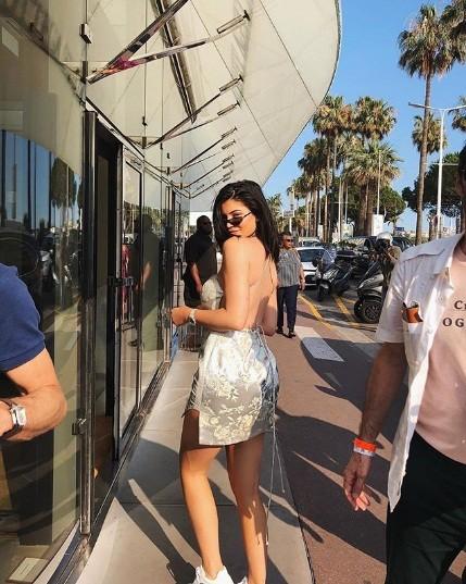 Em út Kim Kardashian gợi cảm sau sinh với váy như... tạp dề ảnh 7