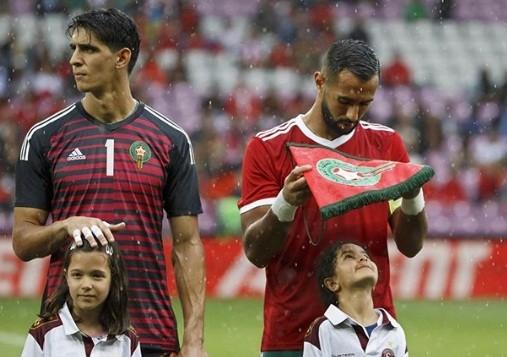 Xúc động bức ảnh cầu thủ Ma rốc che mưa cho bé gái trên sân cỏ ảnh 3