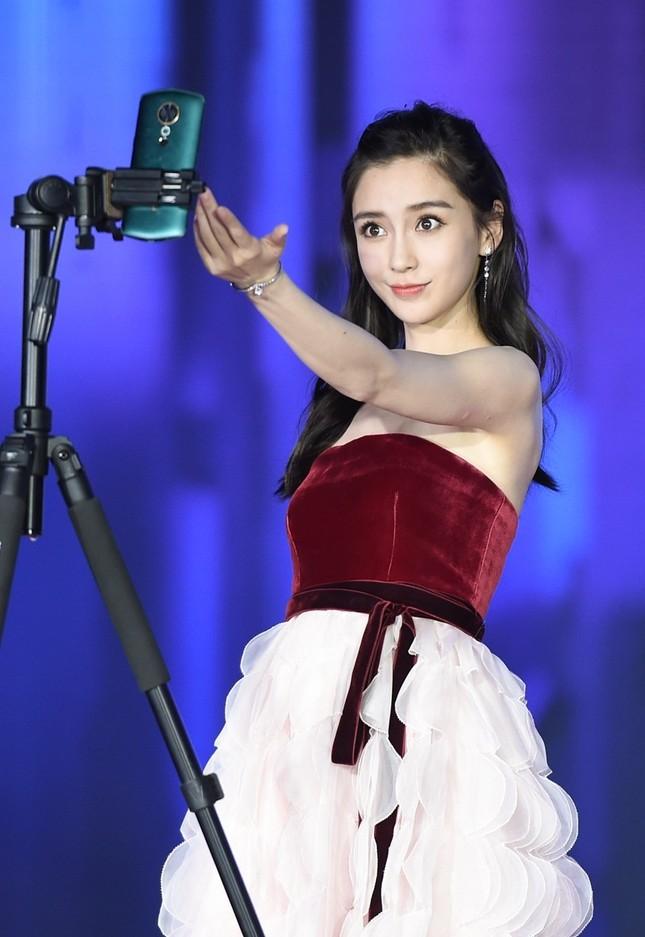 Người đẹp lai Angelababy trẻ xinh như công chúa với váy vai trần ảnh 1