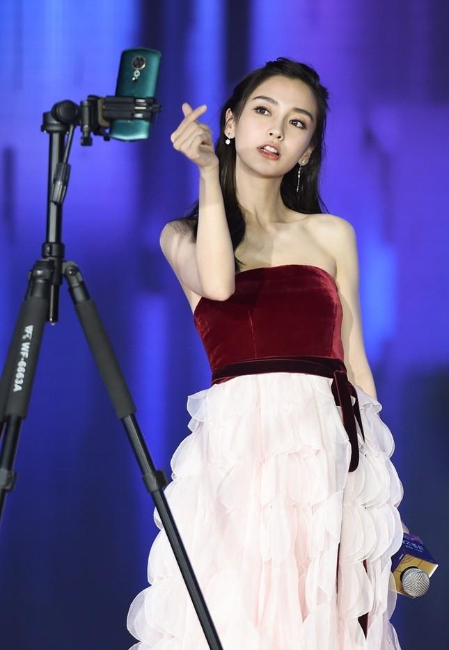 Người đẹp lai Angelababy trẻ xinh như công chúa với váy vai trần ảnh 2