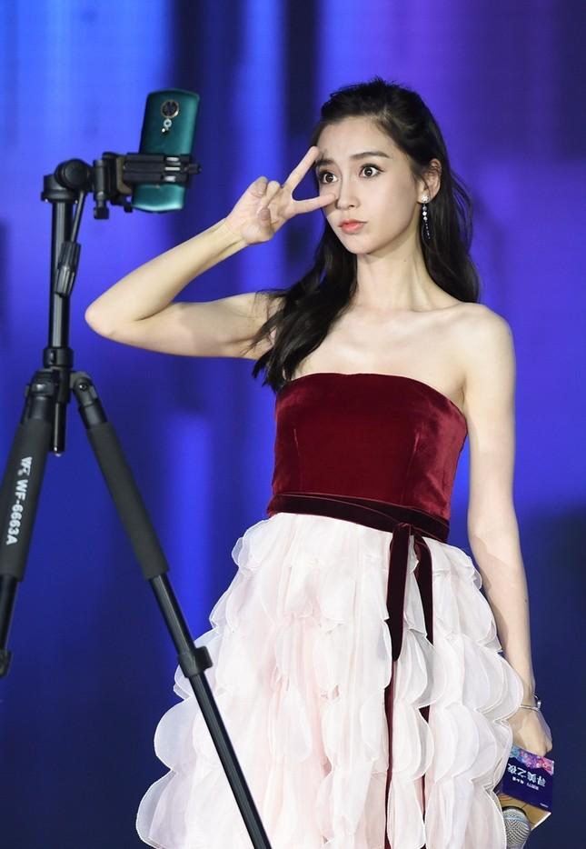 Người đẹp lai Angelababy trẻ xinh như công chúa với váy vai trần ảnh 4