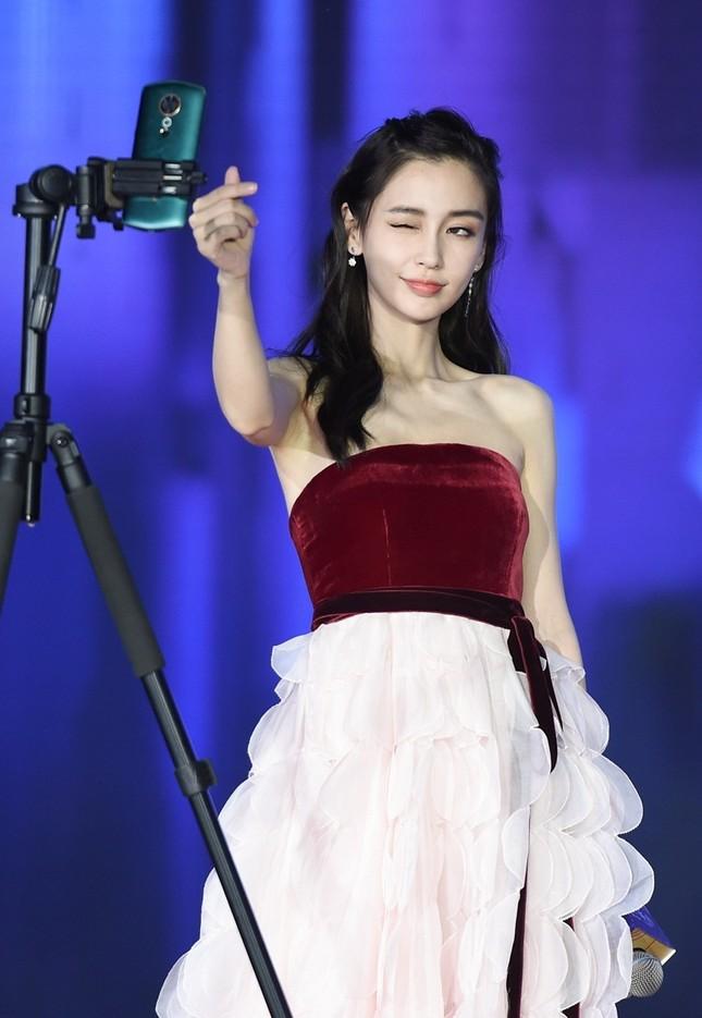 Người đẹp lai Angelababy trẻ xinh như công chúa với váy vai trần ảnh 5