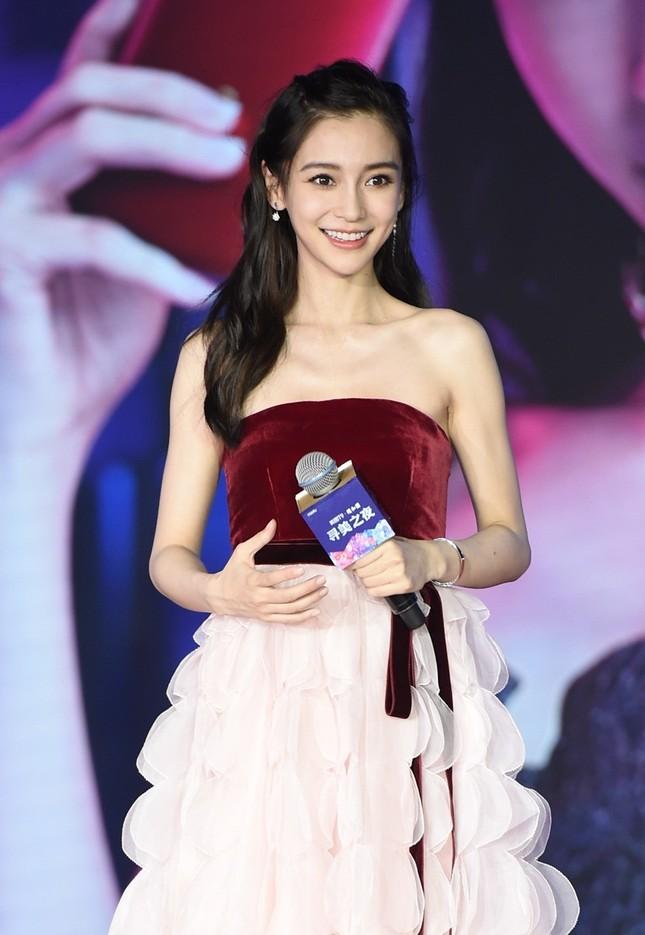 Người đẹp lai Angelababy trẻ xinh như công chúa với váy vai trần ảnh 7