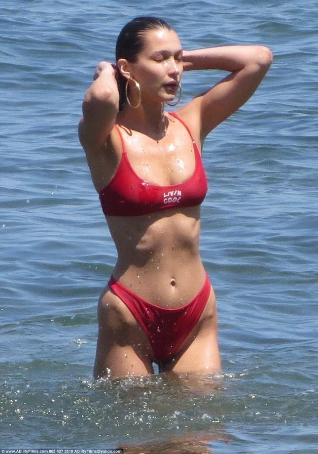Bella Hadid diện bikini đỏ nóng bỏng hết cỡ tắm biển Malibu ảnh 5