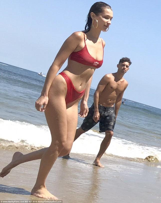 Bella Hadid diện bikini đỏ nóng bỏng hết cỡ tắm biển Malibu ảnh 6