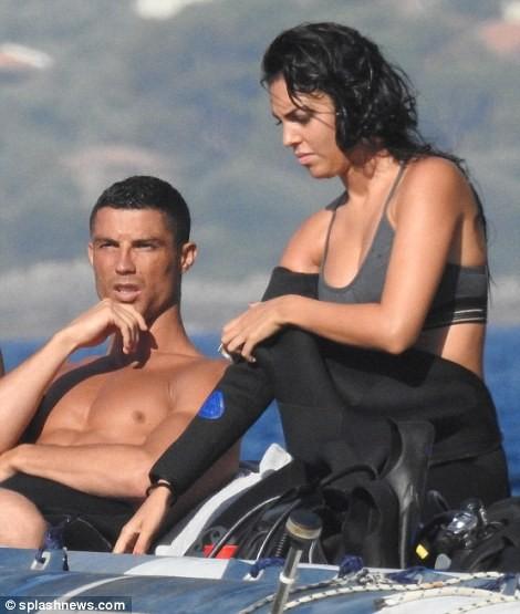 Người tình CR7 thả dáng quyến rũ ở Hy Lạp ảnh 11