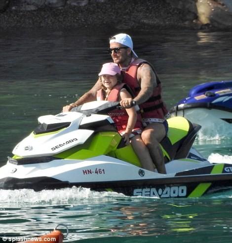 Vợ chồng David Beckham đưa các con đi tắm biển ở Croatia ảnh 7