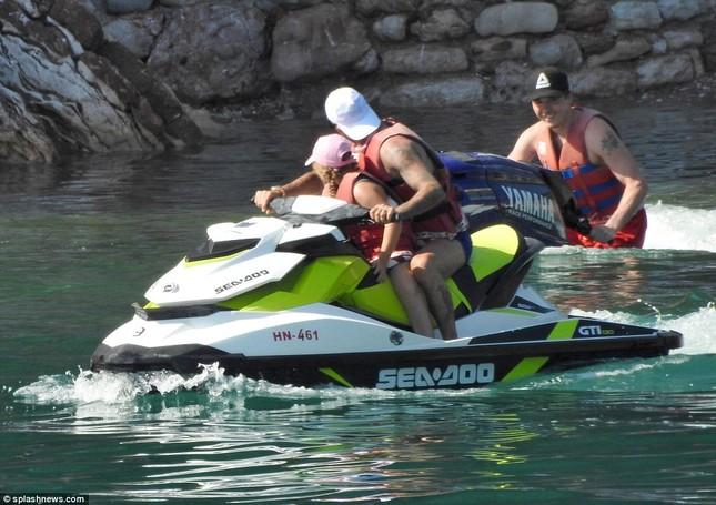 Vợ chồng David Beckham đưa các con đi tắm biển ở Croatia ảnh 8