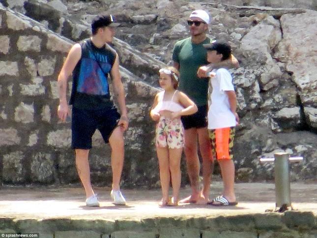 Vợ chồng David Beckham đưa các con đi tắm biển ở Croatia ảnh 13