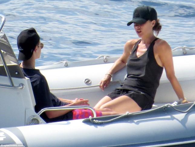 Vợ chồng David Beckham đưa các con đi tắm biển ở Croatia ảnh 11