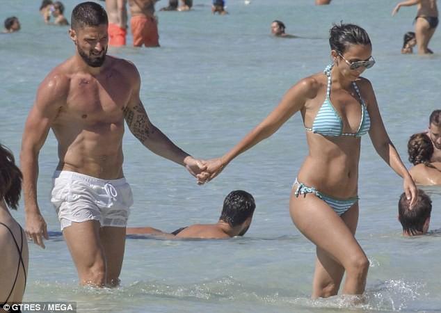 Vợ chồng tiền đạo Pháp say sưa diễn 'cảnh nóng' trên biển ảnh 12