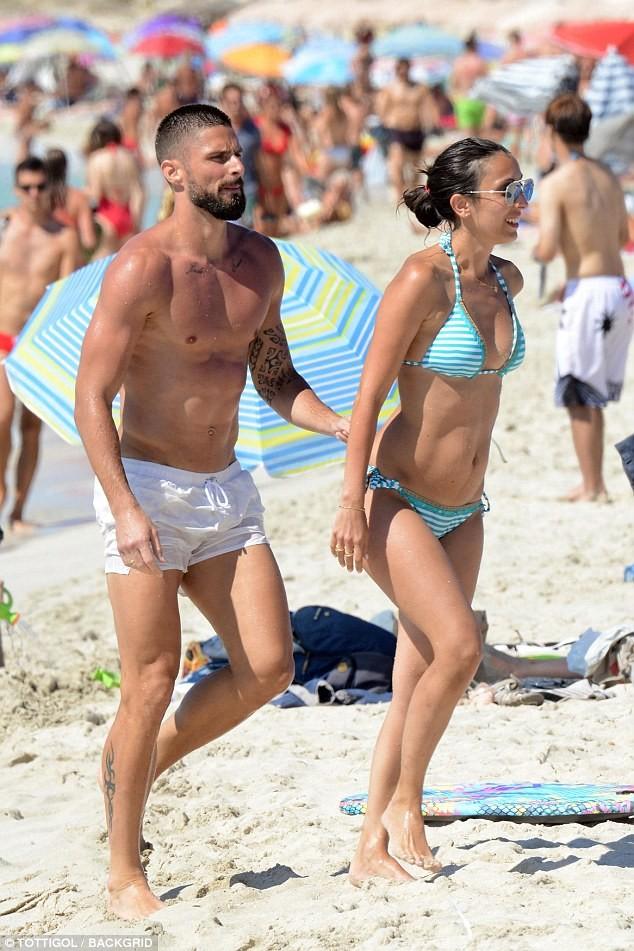 Vợ chồng tiền đạo Pháp say sưa diễn 'cảnh nóng' trên biển ảnh 13