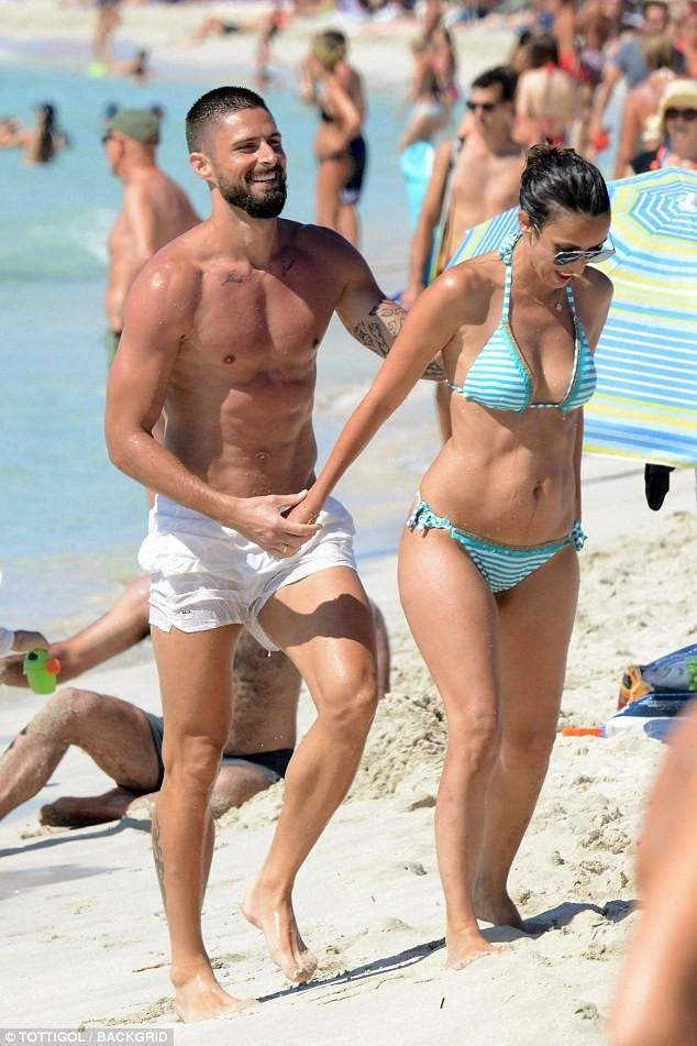 Vợ chồng tiền đạo Pháp say sưa diễn 'cảnh nóng' trên biển ảnh 14