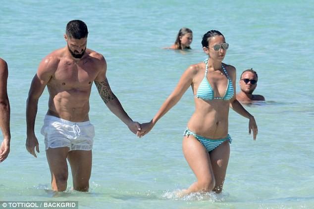 Vợ chồng tiền đạo Pháp say sưa diễn 'cảnh nóng' trên biển ảnh 1